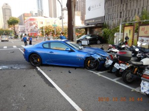 突然左轉害瑪莎拉蒂被撞又波及7輛機車 這下真的「目屎哪滴」