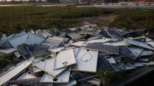 有毒?千片太陽能光板丟大城鄉廢魚塭 環保局這樣說⋯