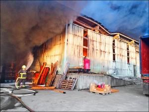 玩遙控飛機墜機害400坪倉儲燒光 男判刑3月