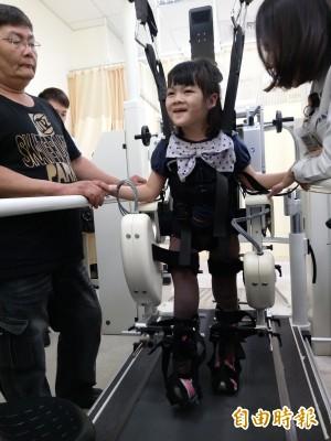 醫病》重度腦性麻痺只能坐輪椅 小鬥士跟著機器人學走路