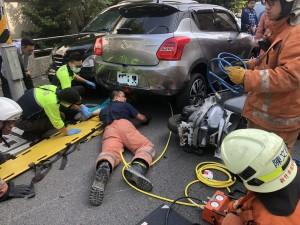 4轎車3機車離奇追撞 老婦遭輾壓命危