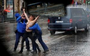 怒罵川普「假和平使者」 女性裸上身衝進車隊抗議