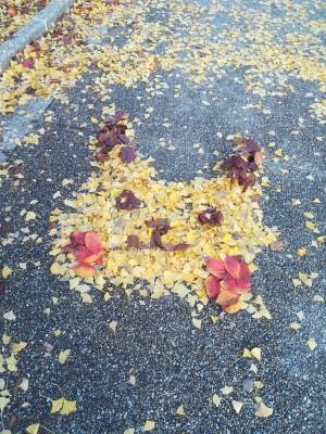 落葉也能變藝術!日網友將銀杏變身「皮卡丘」