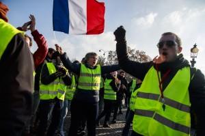 不滿油價調漲! 28萬憤怒的法國民眾示威抗議