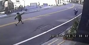 影片曝光!女子持鐮刀砍殺員警前 竟上街找學童下手