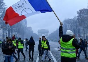 法國「黃背心」示威再升級! 已有1723人被捕