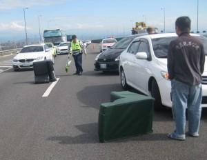 這下「靠北」了!沙發墜國道釀3車追撞 駕駛飆罵