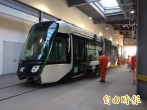 高雄輕軌二階蓋不蓋?第二輛列車按進度運抵台灣