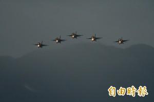 七星潭元旦迎曙光!F-16編隊衝場 加碼空勤黑鷹飛行秀