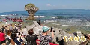 小琉球驚見海龜覓食遭包圍 屏縣府:阻擋去路已違法