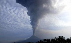 印尼蘇拉威西島火山爆發 火山灰衝上7500米高空