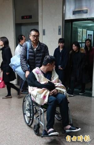 哪學來的? 騙阿扁的黃琪自稱中風坐輪椅出庭