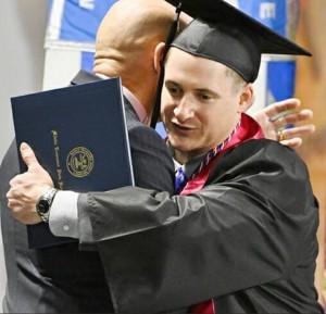 史上最強畢業生?他在伊拉克身中13槍 活著回來念完大學