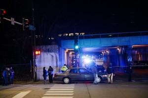 2勇警跳鐵軌追持槍嫌犯 慘遭火車高速撞死