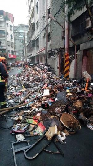 民宅火警廢棄物悶燒 消防員清出巷子滿爆