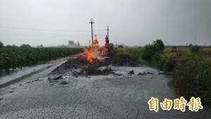 萬丹泥火山今早噴發 泥漿流入田地