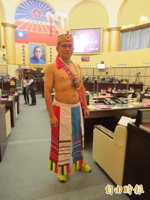 台南市議員今報到就職 他成全場焦點