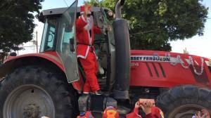 耶誕老人接地氣!開曳引機到校發禮物 雙溪學童嗨翻