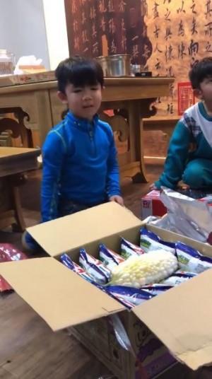 耶誕禮物打開是苦瓜! 小男孩一秒爆哭萌翻網友