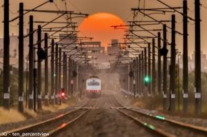 網傳「鐵道懸日」美照 火車司機怒:做了多少違規的事?