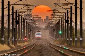再看一眼2018!雲科大學生苦守7月拍下火車載夕陽而去