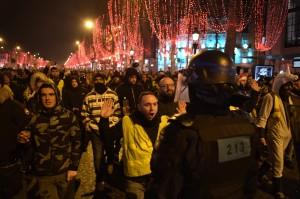 巴黎這一夜很和平!黃背心和遊客開心跨年 1.2萬警察維安