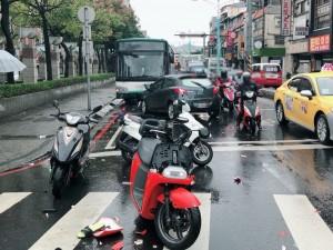 疲勞駕駛惹禍 小轎車路口逆向撞2機車、1公車 釀4傷