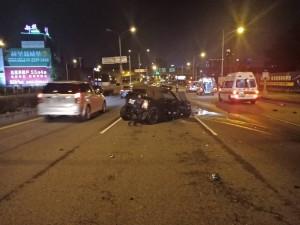 BMW飆台灣大道闖紅燈 連撞2車6人傷還撞斷路燈