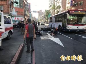 獨家》揪感心!加油站前3機車連環撞 員工衝出擋車護傷者