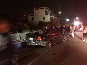 嘉縣溪口自小客車撞斷路燈桿 1命危3傷