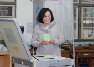 綠營黨主席補選 蔡英文赴投票微笑不受訪