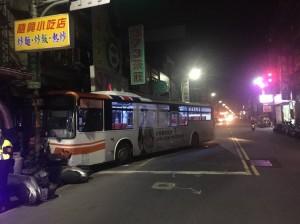 紅燈急煞卻誤踩油門 公車連撞14機車、1轎車