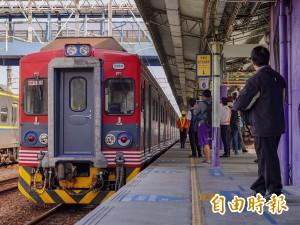 日本信濃鐵道彩繪列車彰化首航 鐵道迷搶拍