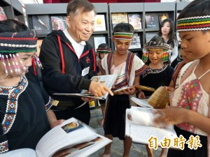 400本餐飲書巡迴原鄉 戴勝益推薦這本馬卡龍書