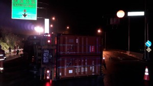 貨櫃車疑下錯匝道轉彎翻覆 駕駛受困受傷送醫