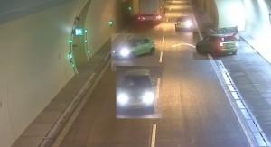 小三突然打來?「狂風級三寶」隧道倒車逆向開出