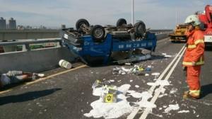貨車後車斗載3人上國道翻覆受傷 雇主判賠629萬