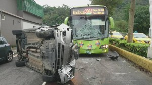 疑酒駕恍神撞分隔島翻車 公車司機破窗救人