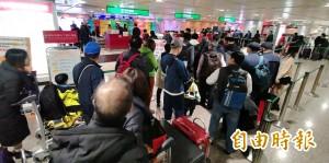 機場旅客壅塞海關加派人力 來自中港澳班機集中停放