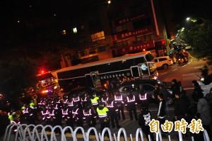 包圍南檢堵「牛奶媽」 警方向「400暴民」示弱原因曝光…