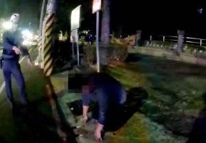 男持雙刀談判超煞氣  女警掏槍他雙膝秒跪地