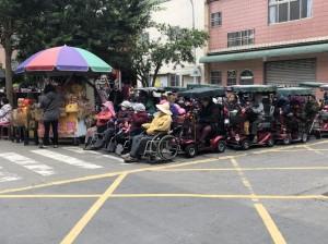 誇張!人氣蛋捲店排隊人潮 輪椅族當先鋒