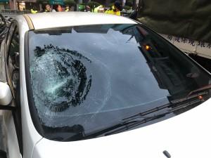 8旬翁遭過彎車猛撞 重摔在地身亡