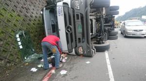 疑過彎角度過大失控 貨櫃車翻覆駕駛輕傷