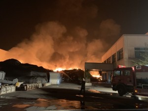 斗六工業區紙廠外廢紙堆大火 民眾心驚膽戰