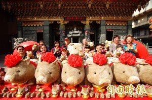 首獎加碼到10萬!佳冬廣惠宮擲筊大賽 還有萌豬布偶報喜