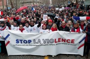 抗議「黃背心」暴力過頭 法國街頭上萬「紅圍巾」集結