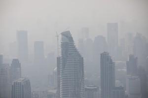 泰國除霾害竟「噴灑糖水黏粉塵」 網傻眼:這哪招?