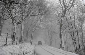 大雪一路橫掃英國!鐵路、航班大亂 車輛受困路上