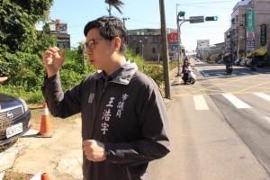 路邊大媽摸頭交代「多跟韓國瑜學習」 王浩宇:快崩潰了